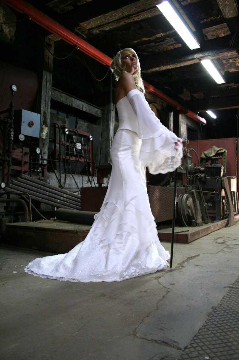 Brautkleider Und Abendmode Extravagantes Fur Die Westernhochzeit Kurze Brautkleider Uvm Hochzeitsmode Brautkleider Festkleider Ehe Tracht Hochzeitskleider Trachten Brautmode Braut